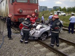 Accident: Un automobil de marca  s-a izbit violent într-o locomotivă