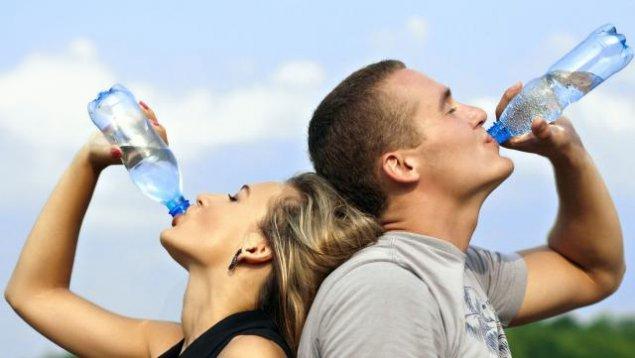 Câtă apă trebuie să bei ca să slăbeşti