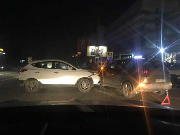 Accident pe o șosea din capitală. Două mașini s-au ciocnit / FOTO