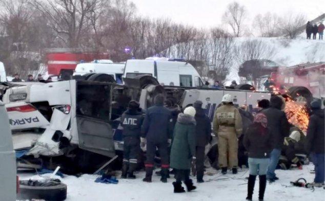Un autocar cu turiști a căzut de pe un pod, în Rusia: 19 morți / VIDEO