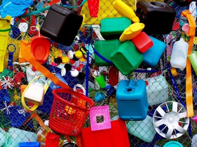 Utilizarea și comercializarea pungilor și a veselei de plastic vor fi sancționate