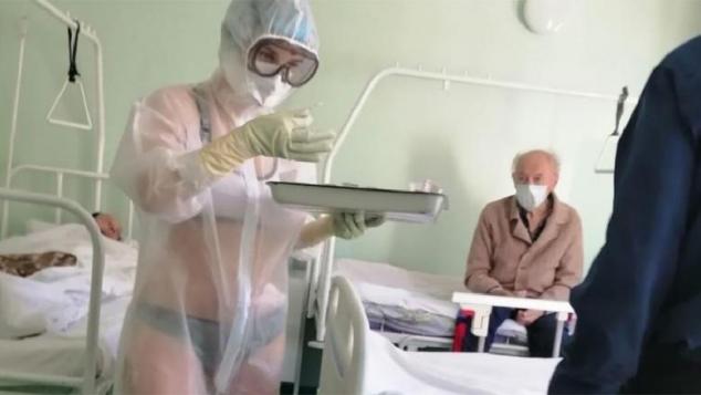 Ce s-a întâmplat până la urmă cu asistenta medicală din Rusia care și-a pus costumul de protecție peste lenjeria intimă
