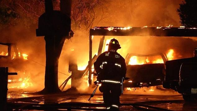 VIDEO / EXPLOZIE urmată de incendiu la Botanica. Doi copii și o femeie au fost răniți